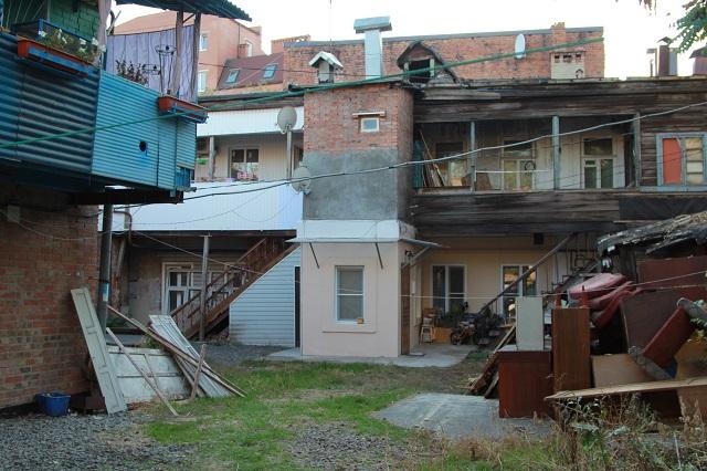 Такие дома называют блокировочной застройкой -  у каждой семьи есть выход во двор.