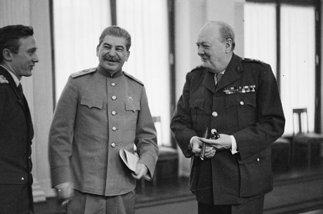 Иосиф Сталин и Уинстон Черчилль в Ялте.