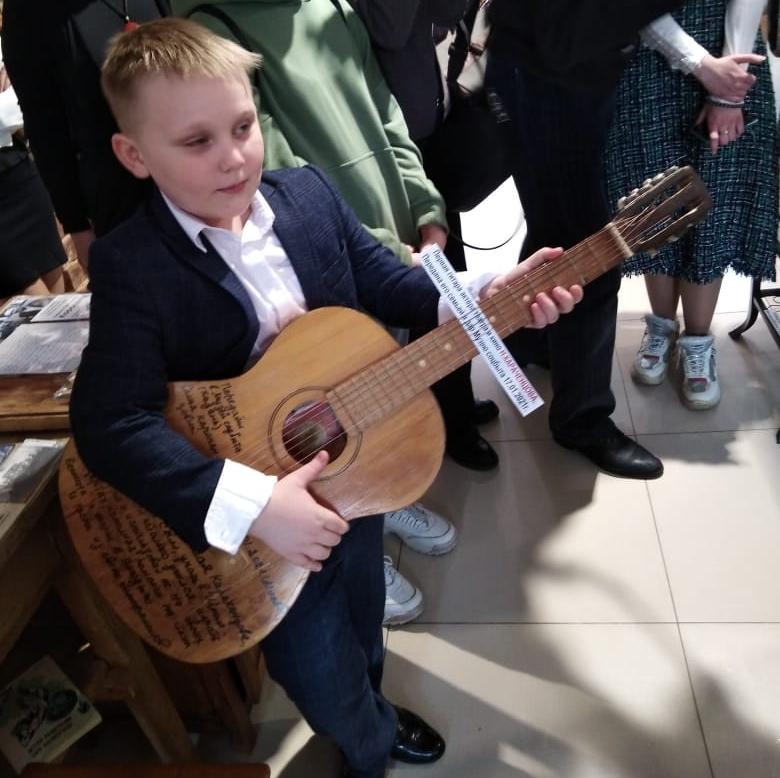 Первая гитара, играть на которой Николая Караченцова учил Владимир Высоцкий, теперь хранится в Казани.