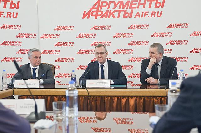 На конференции главный редактор еженедельника «АиФ».Игорь Черняк предложил губернатору принять участие в будущих конференциях