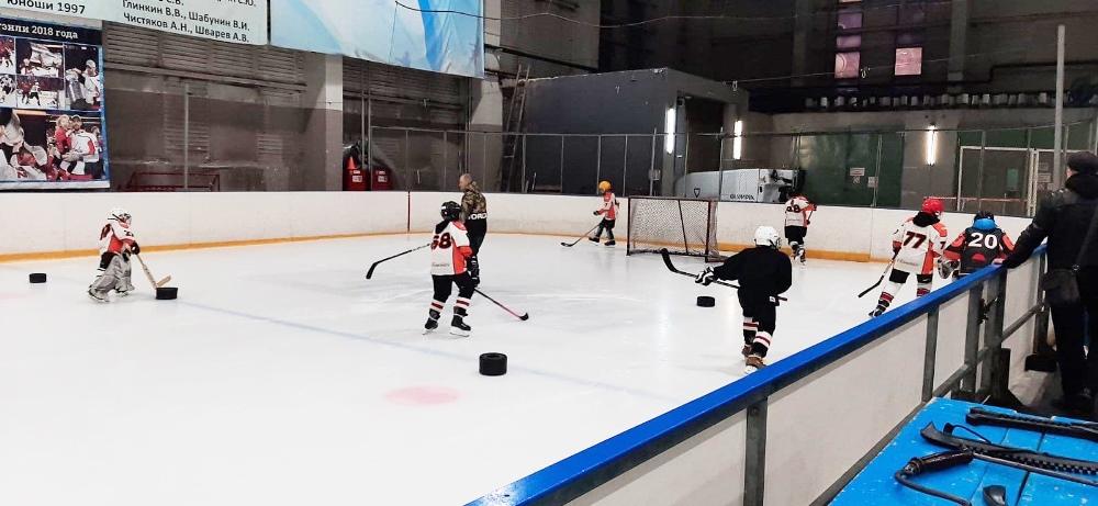 Пока во дворе нет льда, у команды появилась возможность заниматься на крытой площадке.