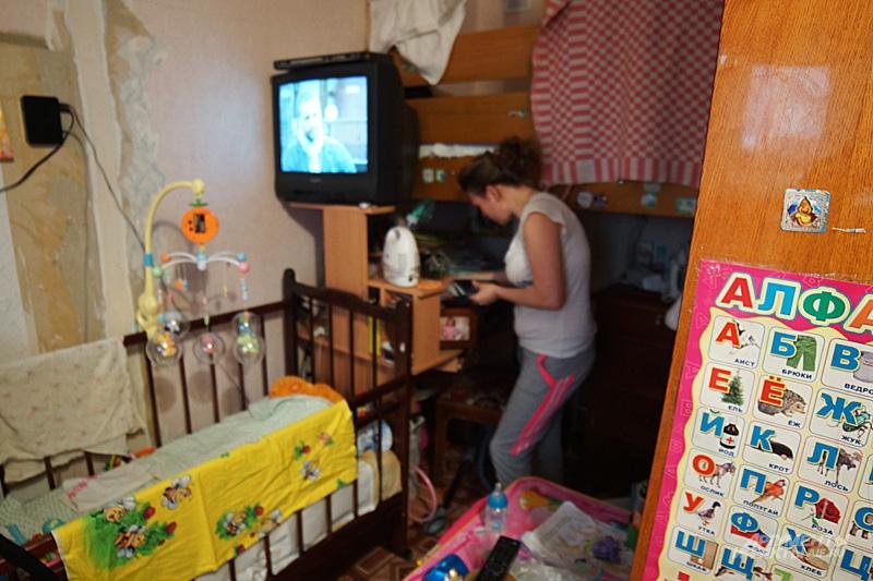 Родители соорудили небольшую двухъярусную кровать из дерева в дальнем конце комнаты