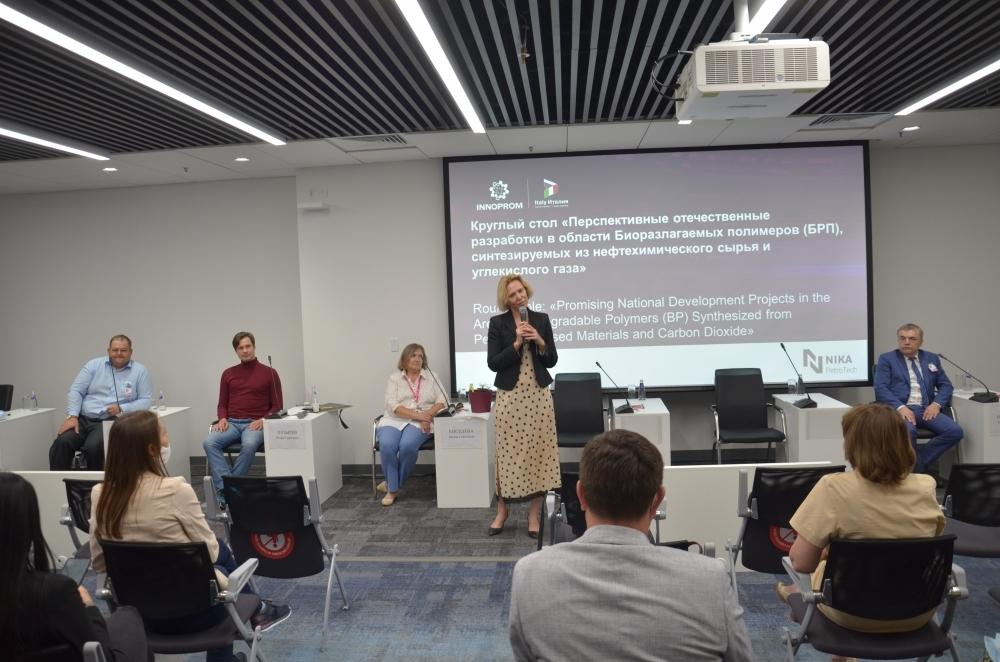 С вступительным словом к участникам и гостям круглого стола обращается Мария Нестерова.