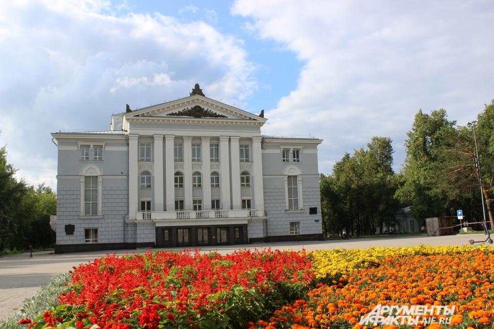 Сквер у пермского театра оперы и балета.