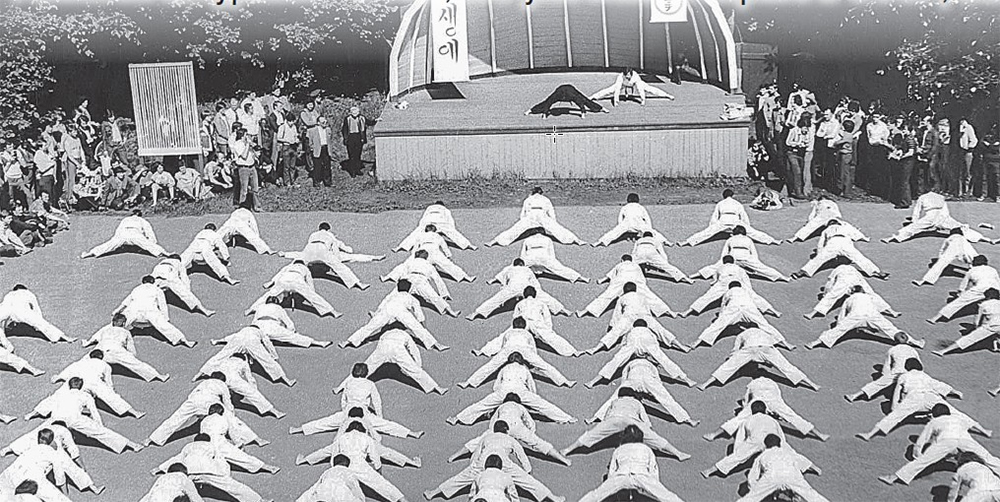 Бойцы Центральной школы каратэ. Разминка.