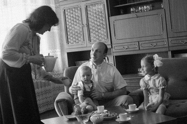 Лётчик-космонавт Владимир Васютин с женой и детьми
