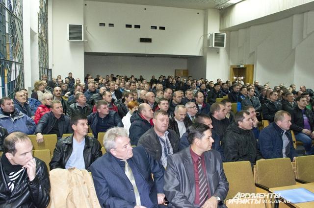 На встречу с представителями власти пришло больше 200 автоперевозчиков.