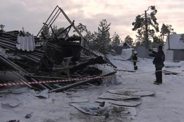 На месте пожара, где погибли восемь подростков.