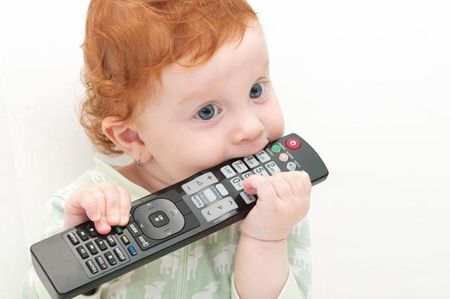 Ребенок и пульт от телевизора