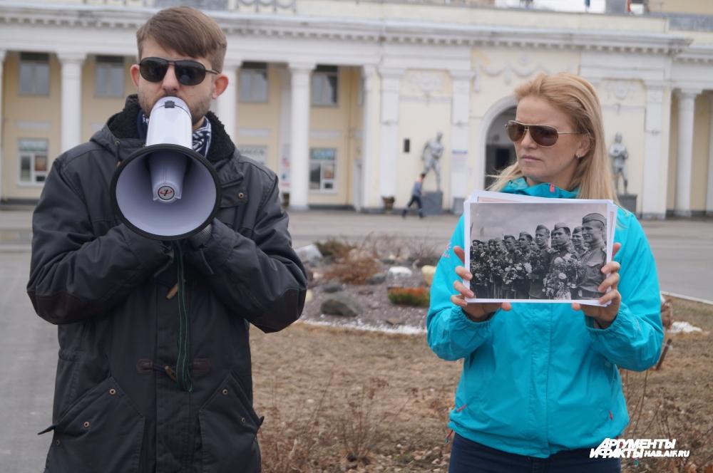 Иван Крюков, историк, рассказывает журналистам увлекательную лекцию о нашей набережной.