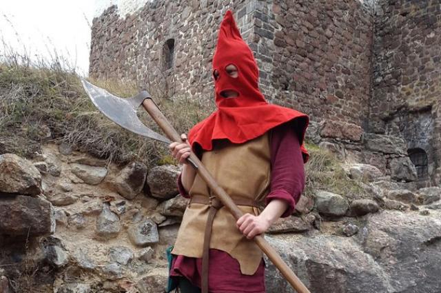 Сергею выдали оружие и одежду средневекового палача.