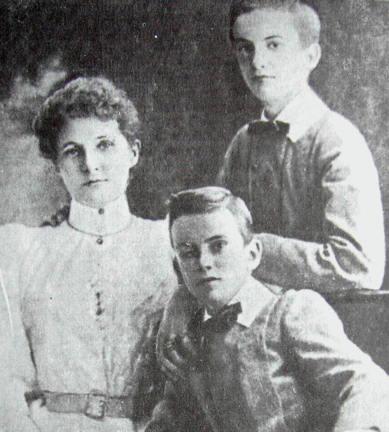 Маргарет Миклухо-Маклай с сыновьями Александром и Владимиром.