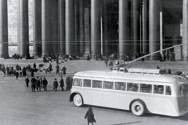 Первые маршруты пролегали через центр Ленинграда.