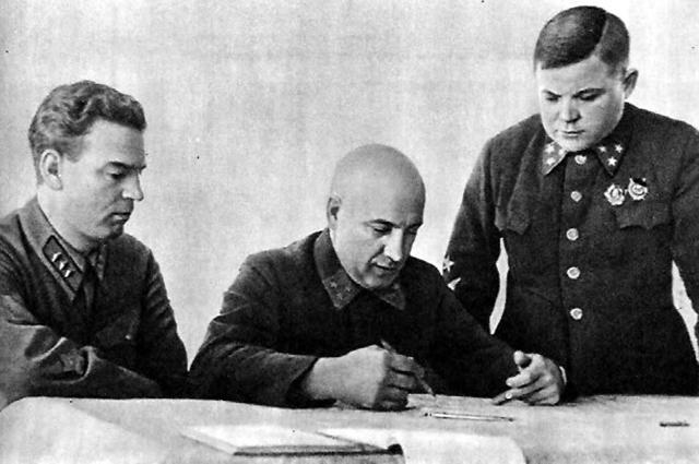 Военный Совет Северо-Западного фронта. В. Н. Богаткин, П. А. Курочкин, Н. Ф. Ватутин (справа).