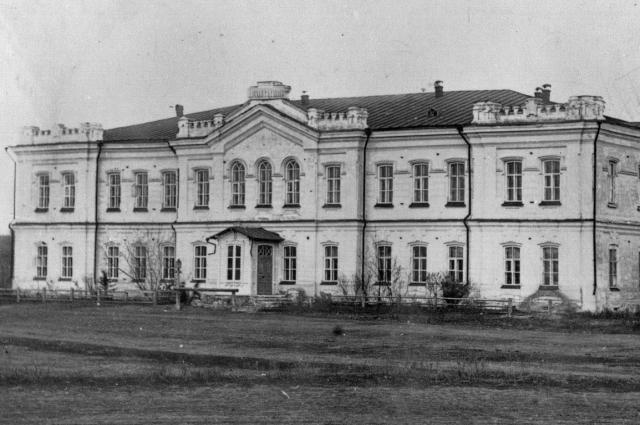 В этой гимназии учился известный революционер.