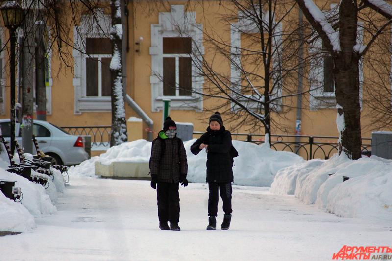 Школьники гуляют по городу, укутавшись в шарфы.