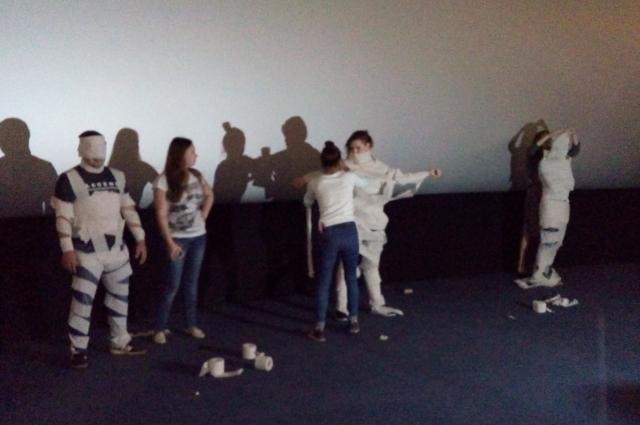 В конкурсах зрители сами смогли почувствовать себя мумие.