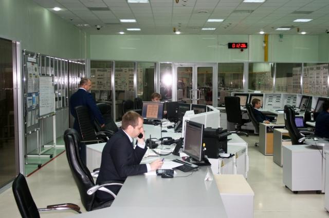 Центр управления энергоблоком обсдуживается пятью специалистами во главе с руководителем.