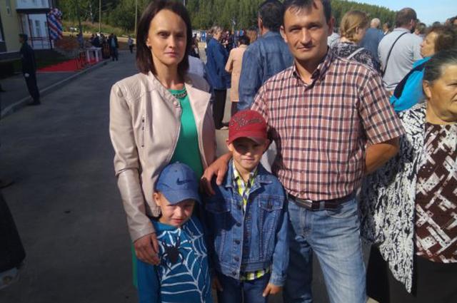 Миллионный гражданин РФ получил ключи от новой квартиры в рамках реализации 185-ФЗ в городе Дегтярске Свердловской области.