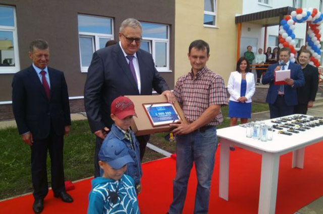 Миллионный гражданинРФ получил ключи отновой квартиры врамках реализации 185-ФЗ вгороде Дегтярске Свердловской области.