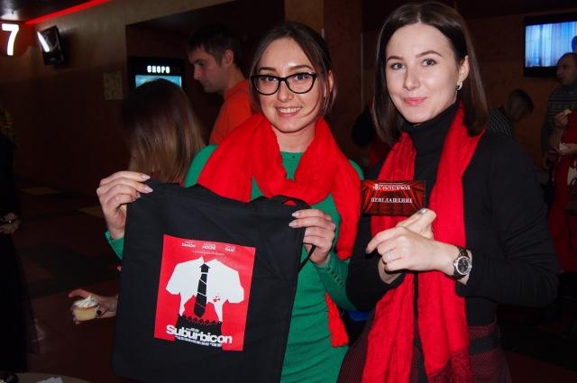 Гости, пришедшие в красном, получили подарки.