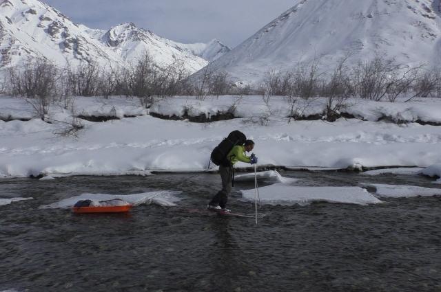 Путешественники поняли, что открытую воду лучше переходить на лыжах.