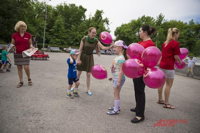 Горожане с радостью брали газеты и воздушные шары.
