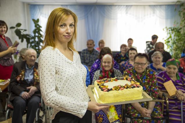 Анна Исакова порадовала стариков вкусным тортом