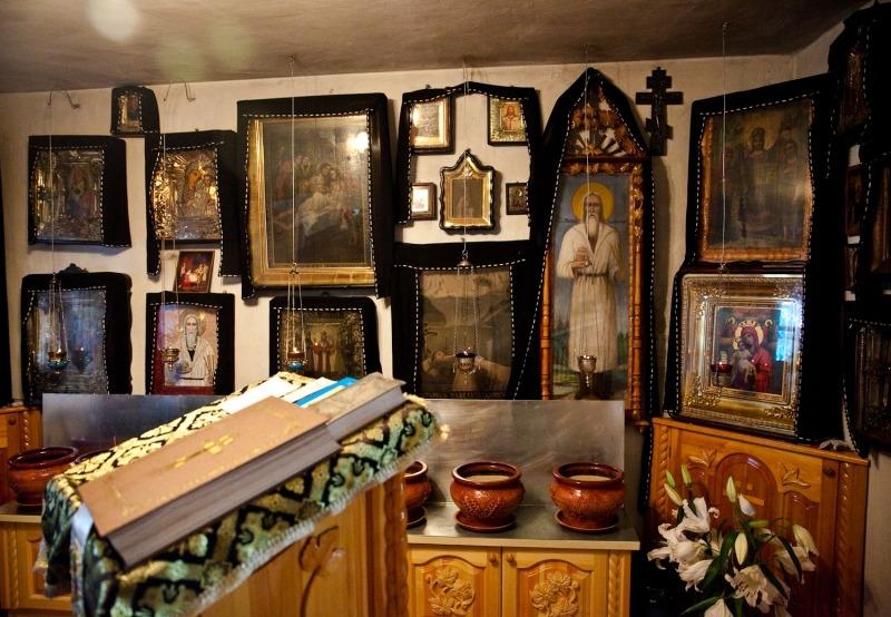 Единственное украшение кельи- многочисленные иконы, висевшие на стенах