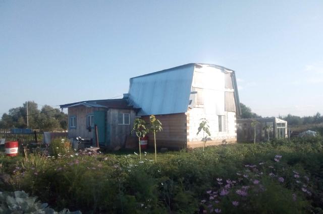 Семья жила бедно, но был свой огород и планы по достройке дома.