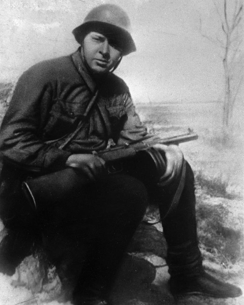 Аркадий Гайдар на фронте в качестве корреспондента газеты «Комсомольская правда». 1941 г.