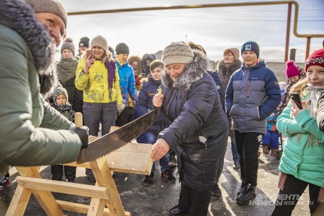 Женщины показали, что от сильного пола не отстают — и дрова пилить тоже умеют.