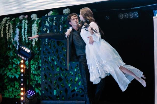 Наталья – эстрадная скрипачка, а ее муж Артем – солист балета.