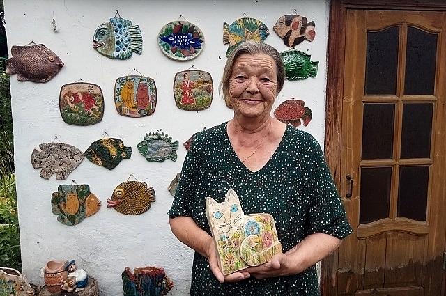 Уже 28 лет Любовь Бычкова живет в Старочеркасской - делает свои удивительные гобелены, керамические картины и доски.