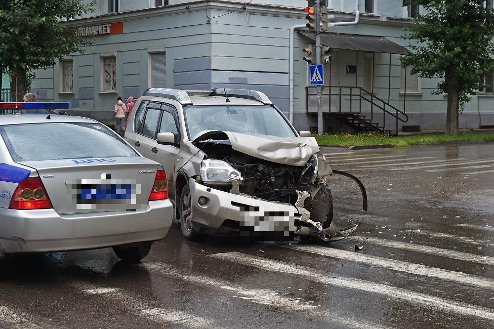 Иномарка не пропустила реанимобиль на перекрёстке.