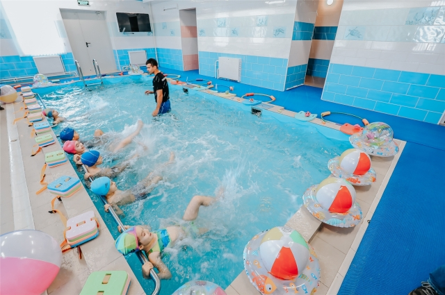 Занятия в воде помогают развивать и укреплять малышей физически, а ритмичное дыхание способствует профилактике вирусно-респираторных заболеваний.