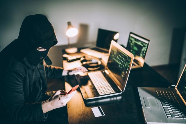 Мошенников, работающих через интернет, нелегко установить.
