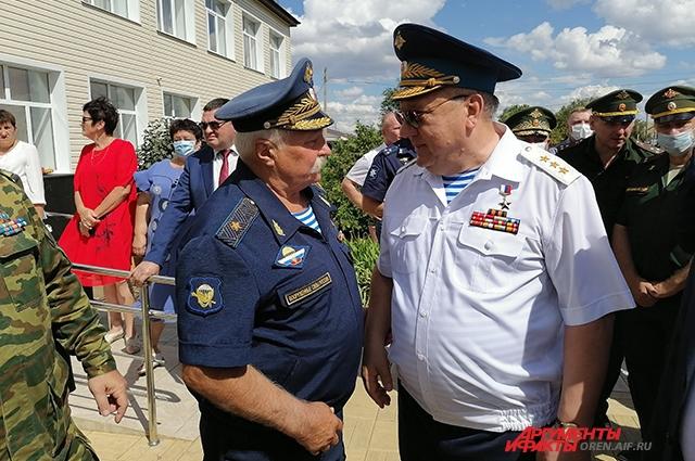 В открытии бюста приняли участие командующий ВДВ генерал-полковник Владимир Шаманов и Героя Советского Союза генерал-майор Александр Солуянов.