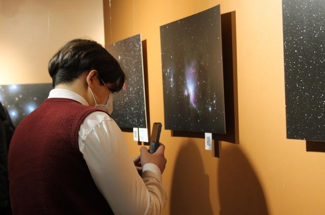 Наведя камеру телефона на QR-код под фотографией, можно прочитать подробное описание объекта и узнать, на каком расстоянии от Земли он находится.