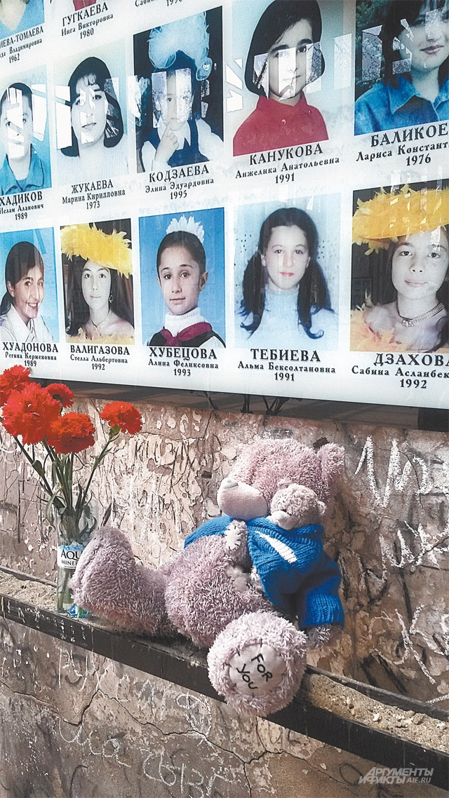 Мемориал внутри был сделан руками матерей, недавно только поменяли фото, чтобы они не портились, поместили их под стекло. А так как было невозможно смотреть в глаза детей, так невозможно и сейчас