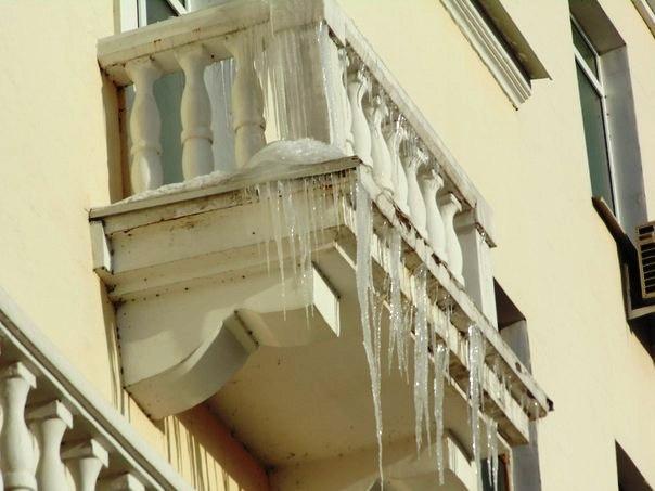 Следить, чтобы на балконах не росли сосульки, должны их владельцы.