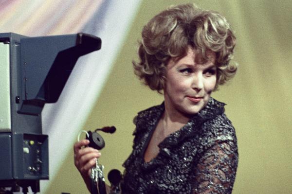Вера Васильева во время музыкальной телепередачи «Бенефис», 1978 г.