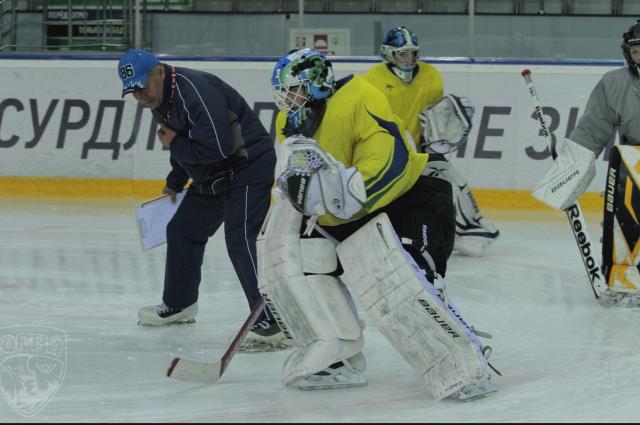 Андрей Зуев, проводит тренировку с молодыми вратарями.