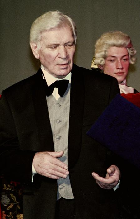 Актер Петр Вельяминов получает приз «Засоздание галереи образов народного героя накиноэкране». 2003 год.