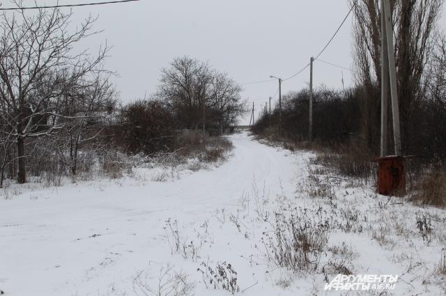 На этой улице в хуторе Платово, близ Гуково, жилых домов уже не осталось, их хозяева бросили и уехали.