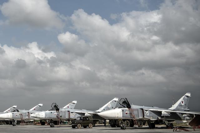 Российские фронтовые бомбардировщики Су-24на авиабазе «Хмеймим» всирийской провинции Латакия.
