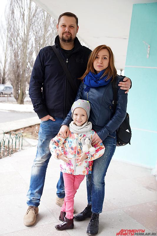 Юлия Деркач, Сергей Забегайлов и их дочь.