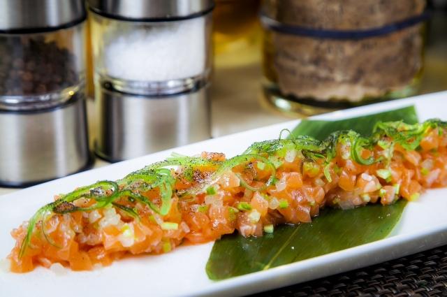 Тартар из лосося с малосольным огурцом