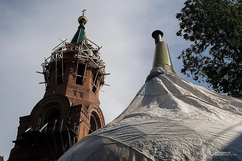 Никольский храм, в котором крестили Александра Грина, отреставрировали этим летом. Службы велись даже до возведения куполов.