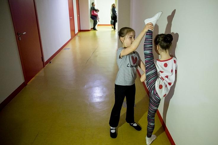 Юные артисты разминаются даже в коридоре.